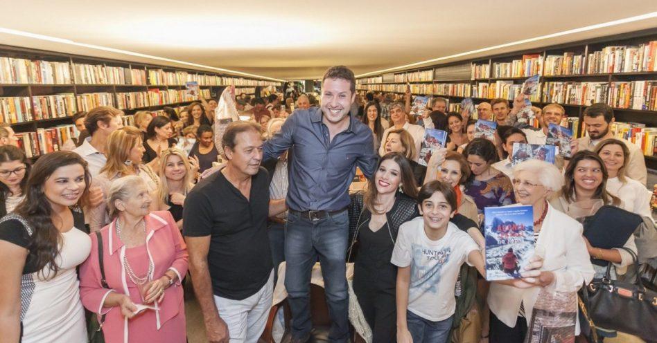 Rafael Scanavacca congestiona Livraria da Vila