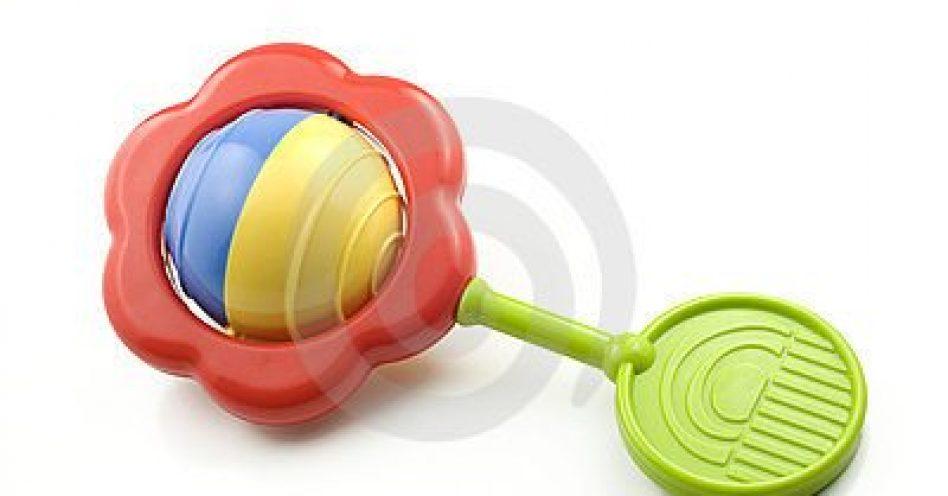 Brinquedos simples são os mais indicados para bebês