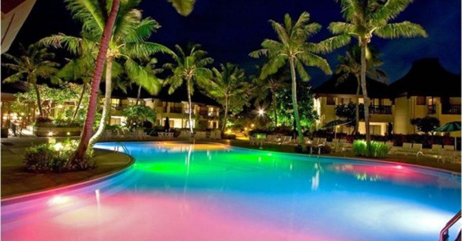 Iluminação confere charme  à piscina durante a noite