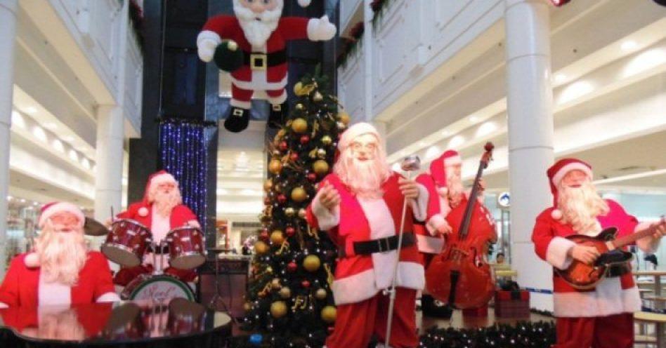 Banda de Papais Noéis eletrônicos toca no Shopping Penha