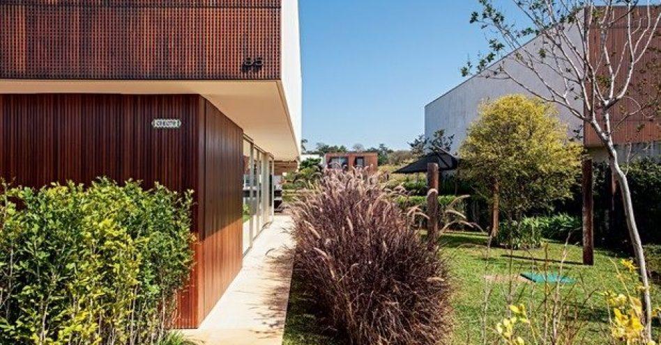 """Paisagista promove contraste entre construção moderna e jardim """"desarrumado"""""""