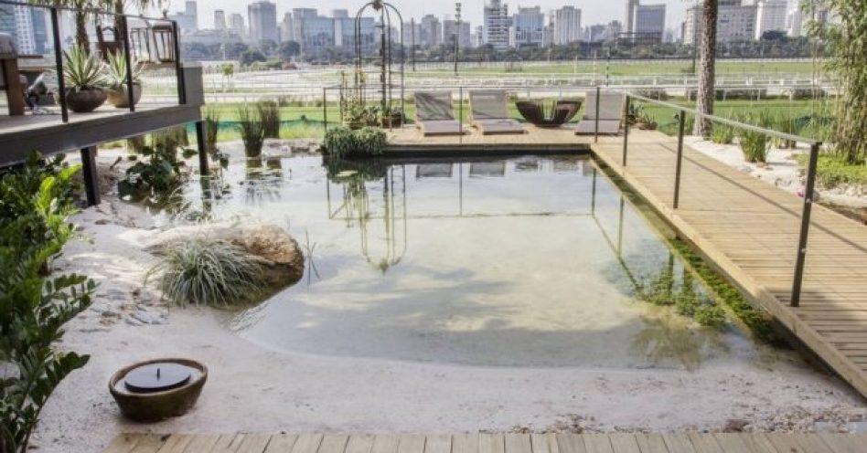 Piscina natural recria ambiente das nascentes de rio da cidade de Bonito (MS)