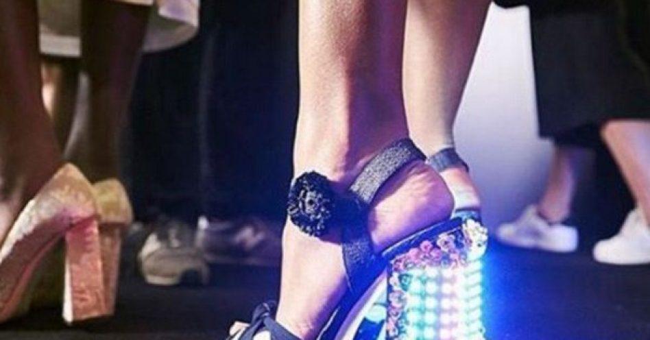 Agora a moda é brilho nos pés