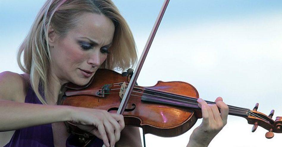 Violinista Caroline Campbell é certeza de show à parte na turnê de Andrea Bocelli