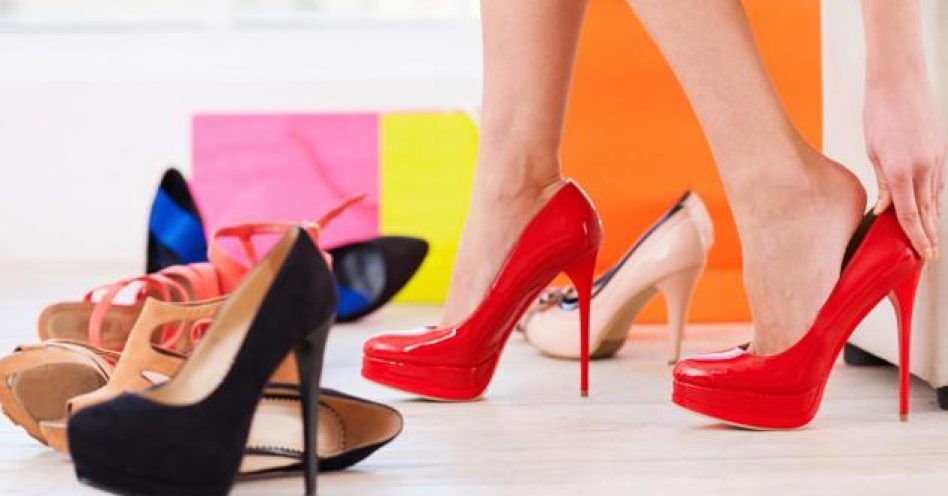 Para não deixar de comprar calçados, brasileiras parcelam e lideram uso do crediário