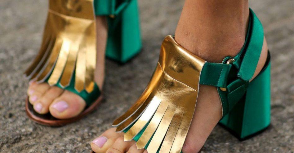 Cores marcantes e cetim são tendência em calçados no próximo ano