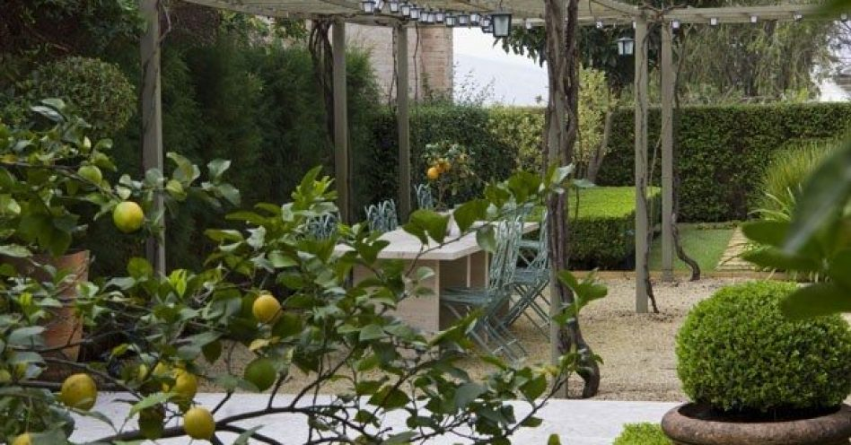 Inspirações para dar um toque de jardim europeu na área externa