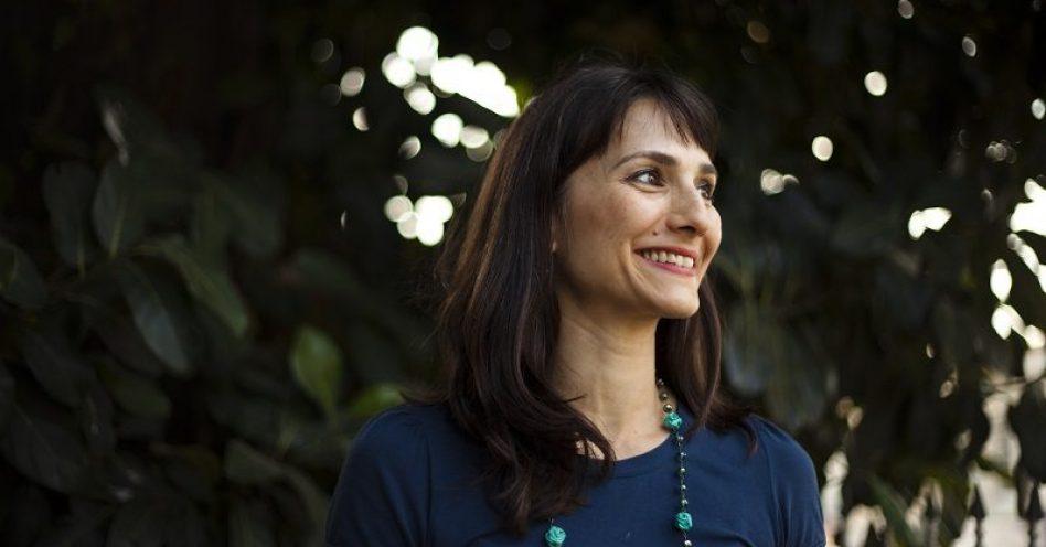 Francine Lima conversa com visitantes sobre carne sustentável