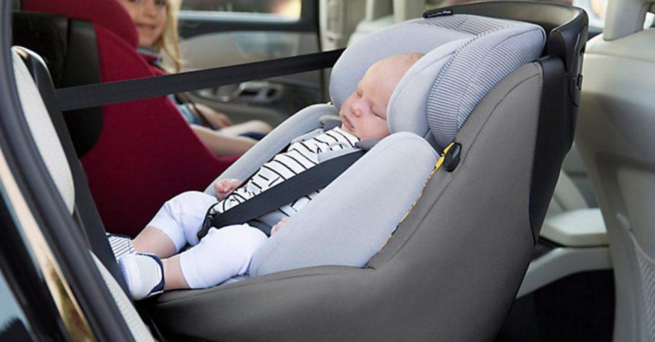 No carro, lugar de criança é no banco de trás e no assento especial