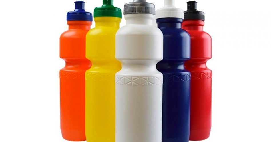 Garrafa de água é presença fundamental na mochila das crianças