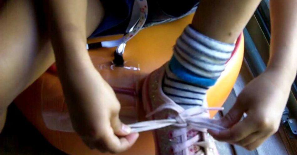 Sapatos de cadarço: saiba com qual idade a criança já consegue fazer o laço sozinha