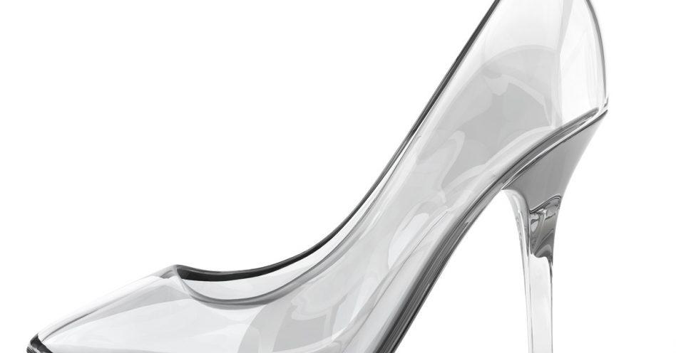 8cf5a8afea Sapatos e acessórios transparentes estão em alta novamente ...