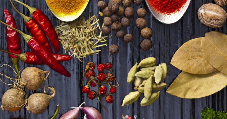 8 temperos naturais que ajudam a reduzir o sal na alimentação