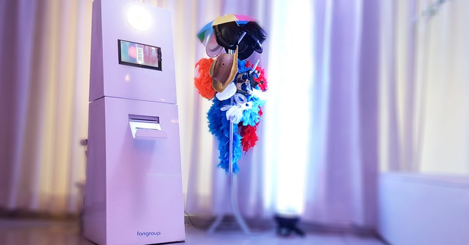 Totem fotográfico interativo faz sucesso nas festas de casamento