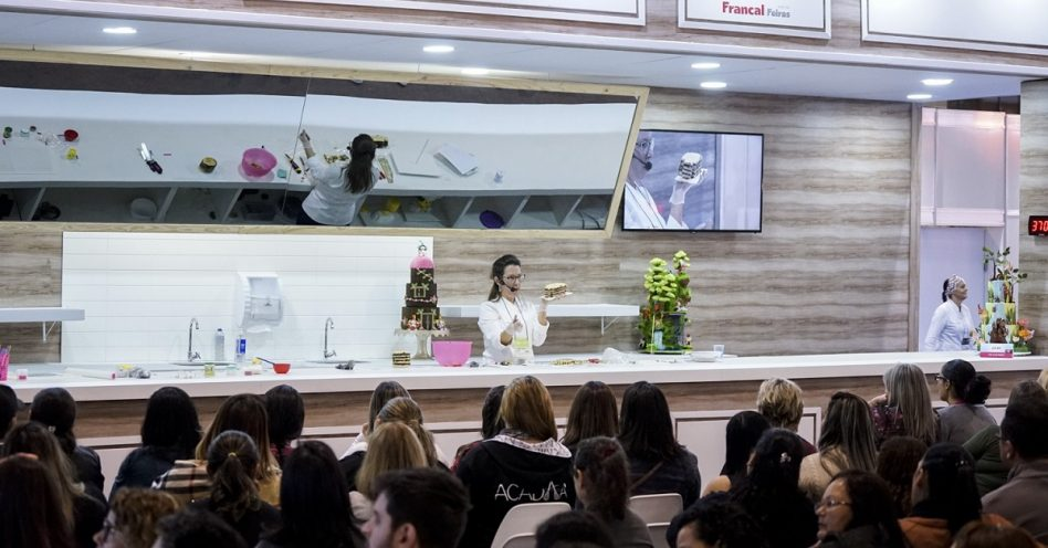 Oficinas de Confeitaria ensinam técnicas como drip cake, bico de confeitar e topos