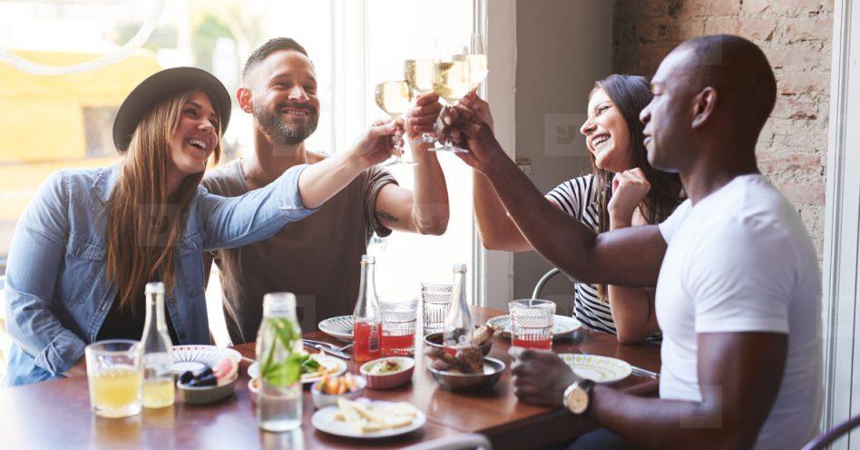 Qual o jeito certo de dispor casais à mesa em uma confraternização?