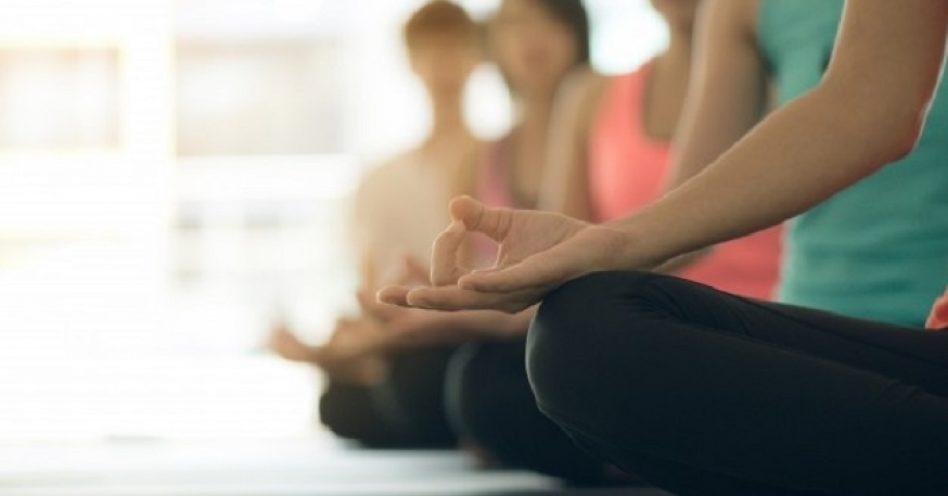 Escola adota aulas de yoga para diminuir advertências