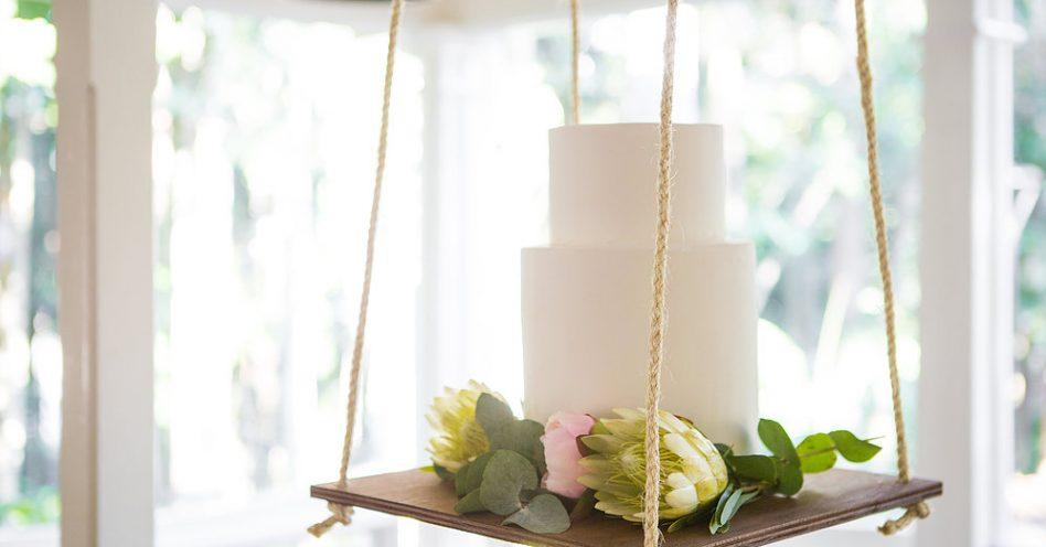 Bolo pendurado é tendência em festas de debutante