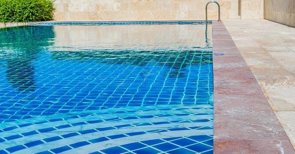5 pedras naturais ideais para o entorno da piscina